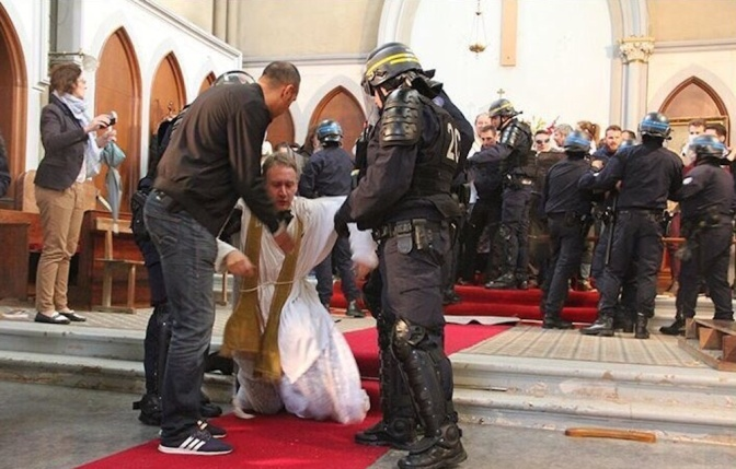 Police used teargas to remove parishioners during traditional Mass in France